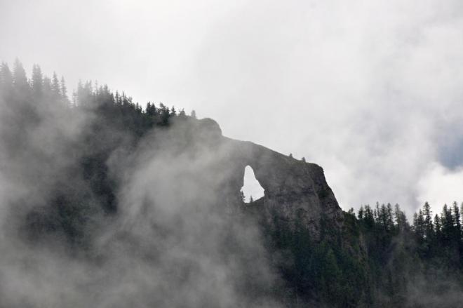Skalní okno v hřebenové partii Ohniště vidíme i přes mlhu z velké vzdálenosti (přitaženo zoomem). Ani nevím jestli se dá dojít přímo k němu. Stejně nepřístupná je i nedaleká ledová propast, ke které nevede žádná značená cesta.