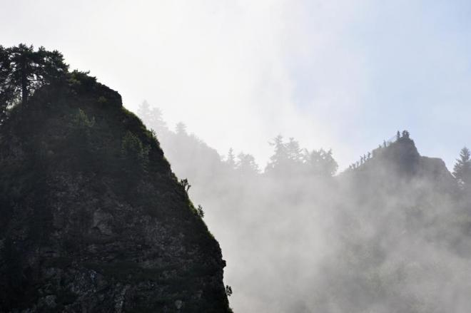 Nahoře se válí mlhy a tak poprvé vrcholy vidíme až když vysoko vystoupáme. Postavičky mířící k vrcholu nás dost vyděsí, vypadá to tam docela strmé...