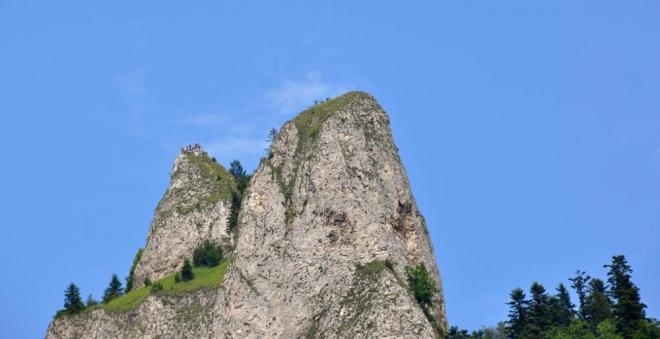 Zoomen se dají přitáhnout i lidičky na vrcholové plošině, kde jsme před necelými dvěma hodinami přebývali.