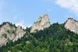Vápencové bradlo ostře kontrastuje s okolními lesy a pokud je modré nebe, i s ním.