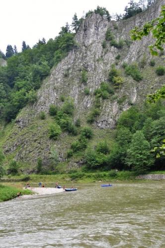 Za chvíli mi pltě zmizí za zatáčkou a objevuje se krásná scenérie soutoku Dunajce s Lesnickým potokem.