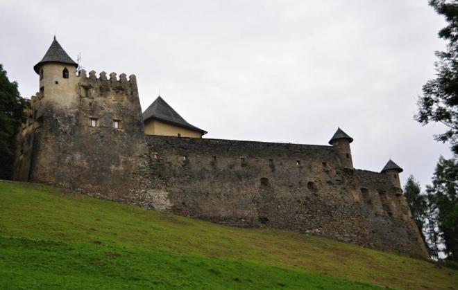 K Ĺubovnianskému hradu přijíždíme až večer před šestou.