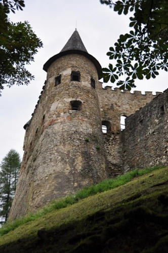 Věž v hradbách hradu.