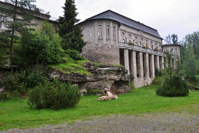 Z druhé strany je vidět, jak je budova citlivě zakomponována do skalního ostrohu.