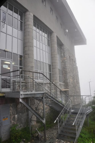 Polská strana Vysokých Tater je zajímavá hlavně několika velkými jezery, ležícími pod ostrými stěnami severních úbočí. Mořské oko i další plesa ovšem vynecháváme a jedeme do města Zakopane. Odsud nás z parkoviště vyveze asi 2km minibus k lanovce na Kasprov vrch (1 987m).