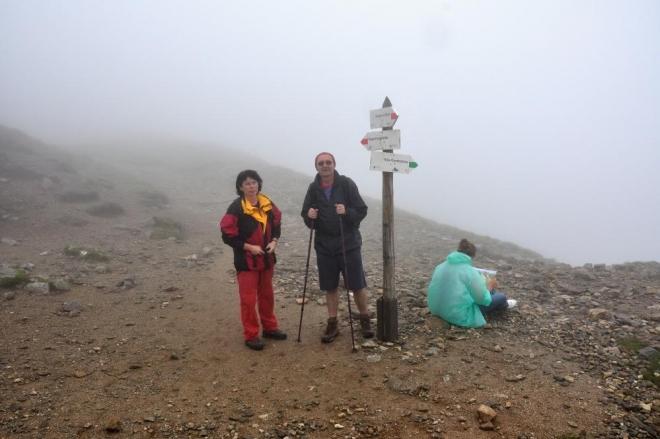"""Nakonec vylézáme na vrchol Kondratovy kopy(2 005m). Zde je konečně námi dosažena magická hranice a jde i o nejvyšší bod celého našeho pětidenního putování. """"Kocháme"""" se spolu s Lenou a protože už začalo opět pršet, míříme hned dolů."""