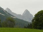 V dáli vidíme strmou jižní stěnu Dachsteinu. Ta nás také další den čeká (jen nepůjdeme kolmo).