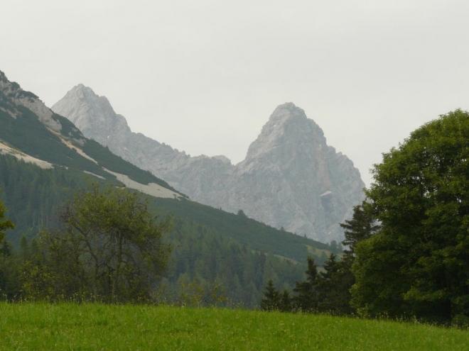 V dáli vidíme strmou jižní stěnu Dachsteinu. Ta nás také další den čeká (jen snad nepůjdeme moc kolmo).