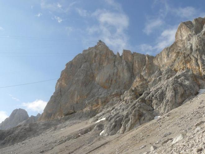 A jižní stěna s lanovkou nahoře se ukázala v celé své kráse. Jak ji ale proboha přejdeme na ledovec?