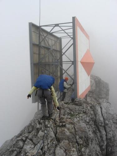 Ferrata vede i skrz tuto zajímavou konstrukci. Asi slouží záchranářům, ukazuje totiž na lanovku. (Martina)