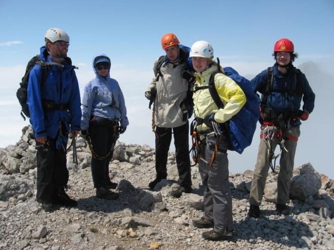 Na vrcholu Klein Koppenkarsteinu (2736 m). Takto nahoře je hezky, ale nad ledovcem se stále vznášejí mraky, ani lanovku a Hoher Dachstein nevidím. (Martina)
