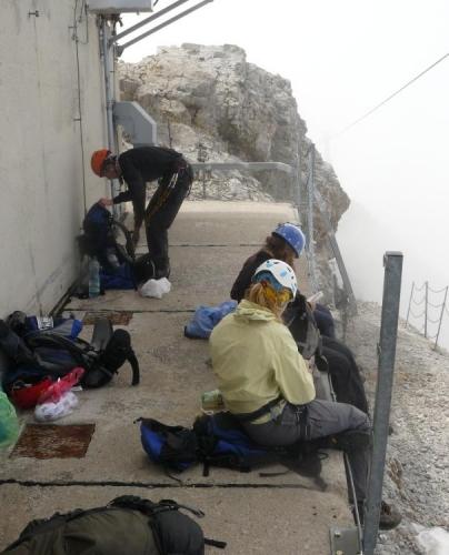 Pozdní oběd na vrcholu Koppenkarsteinu (2865 m), kam dorážíme v půl druhé.