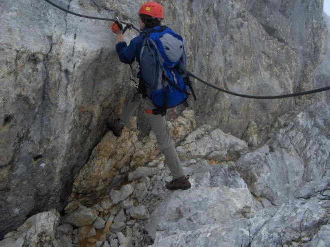 Ačkoliv to na fotce není moc patrné, musel jsem ze stěny udělat poměrně dlouhý krok na kámen. Pode mnou pak bylo hezkých pár metrů. (Kuba)
