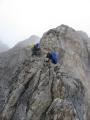 Pomalu sešplháváme po skalním ostrohu. Déčková obtížnost je místy znát, a tak díky malé horolezecké zkušenosti dostávají moje ruce zabrat. (Martina)