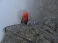 Pohled dolů. Naštěstí jsme neviděli, kam až budeme po skalách klesat ... (tedy ke konci už ano) (Kuba)