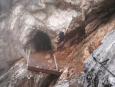 Štola Rosemaria vedoucí skrz skalní hřeben, na němž vede ferrata, kterou jsme dopoledne šli. Má asi 20 metrů, z jihu k ní jde ve skále vytesaná cesta (pro jistotu i slanem), ze severu vede žebřík na ledovec (resp. 3 žebříky za sebou, celkem asi 15 metrů na výšku). (Radim)