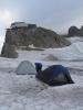 Další ráno na ledovci, tentokrát je však čtvrt na sedm a vichřice rozehnala nízkou oblačnost. V pozadí lanovka.
