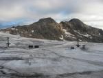 Špinavý ledovec, v létě od kamení a prachu, v zimě posetý lyžaři. (Martina)