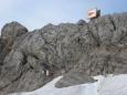 Pohled na hřeben Koppenkarsteinu. Nahoře je ferrata a vlevo ústí štoly s žebříkem dolů. (Martina)