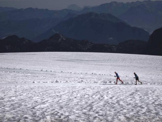 Nadšenci běžkaři a jejich zamotaná trať (na malém území byla poměrně dlouhá a dost klikatá). (Radim)