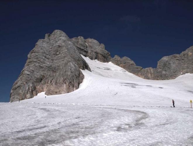 Hoher Dachstein. Po hřebeni vlevo vede ferrata, po ledovci vpravo od něj alternativní cesta později se na zajištěnou cestu napojující. (Radim)