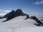 Ledovec sahá až k samému okraji kolmé skály. Vpravo je chata. (Kuba)