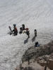 Zatímco já s Radimem a ještě jedním Čechem, co se k nám připojil, stoupáme po ledovci, ostatní nalézají na ferratu. Ta však začíná kvůli odtávání až asi 5 metrů nad ledovcem. (Martina)