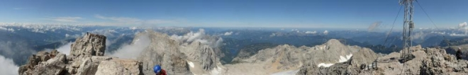 Panorama z vrcholu (kupodivu na něm skoro nejsou lidi, i když byl vrchol přelidněn).