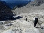 Sestup po ohlazené skále, kde byl před lety ledovec. Jde se tam krásně a nepodkluzuje to (když se člověk vyhybá kamínkům). (Kuba)