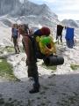 Jeden z veselých Slováků, které jsme potkali už na vrcholu. Ten nafukovací kruh je možná na sjíždění ledovce. :-) (Martina)