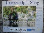 Informační tabule o vyhlídkové ferratě nad jezerem (Martina)