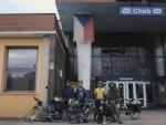 V Chebu před nádražím mají českou vlajku, a tak před ní děláme společné foto. (Radim)