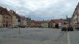 """Náměstí v Chebu, podobně jako v Jihlavě se čím dál tím víc svažuje, takže by se dalo označit za """"logaritmické náměstí"""" (tvar připomíná křivku logaritmu). (Tom)"""