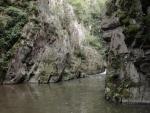 ... kudy voda protéká mezi skalami jako někde v horách (Radim)