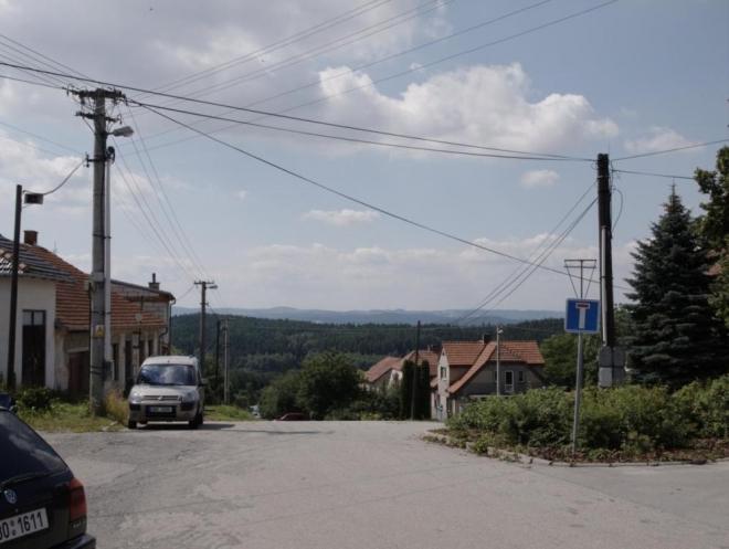 Pěkně pitomá vesnice Okrouhlá, kam se muselo dlouho stoupat po nepěkných silnicích (typických pro okres Blansko) jen, aby se pak zase kleslo. Navíc tam měli vedro ... (Radim)