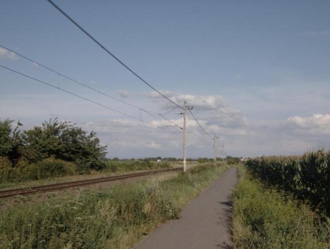 Roviny a rovná cyklostezka do dáli. To se pak ukrajují kilometry dost rychle. (Radim)