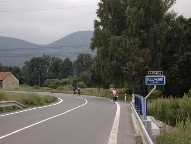 Ani na mapy.cz skutečně potok u Mořkova jméno nemá. (Radim)