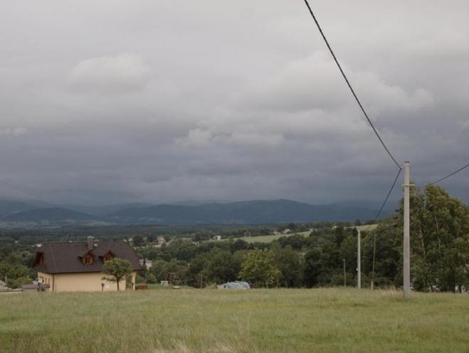 Pohled do údolí pod Beskydami, někde tam by měl být Třinec, nebo jeho část. (Radim)