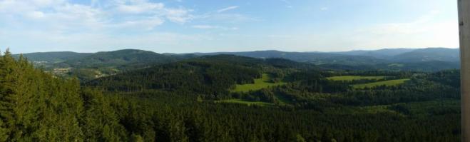 Panorama Šumavy. Kromě Javorníku a Kašperku, jež mám přiblížené, byl vidět ještě třeba Roklan a Poledník. Na ty bych však potřeboval jiný objektiv.