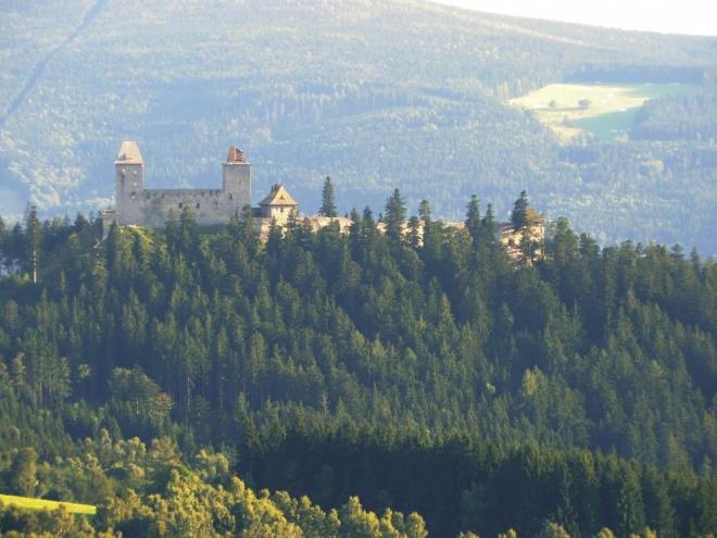 Slíbený přiblížený Kašperk. Tento gotický hrad založil roku 1356 Karel IV. k ochraně zlatých dolů a staré zemské stezky
