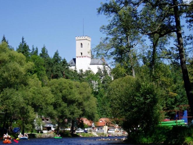 Nabádám Lukyho k focení a tak máme hrad několikrát z obou stran. Vltava tady obtéká skalní ostroh a výhledy na věže hradu jsou výstavní.