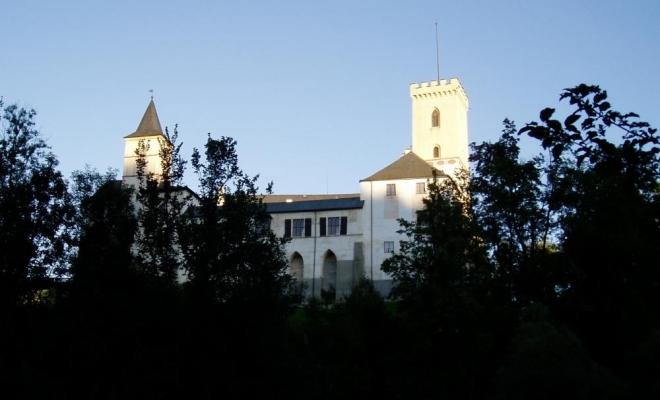 Poslední pohled vzhůru na hrad a jedeme kolem kempu U Nojdy k Závratné. Tady voda teče v peřejích a příjemně ubíhá směrek k Zátoni.