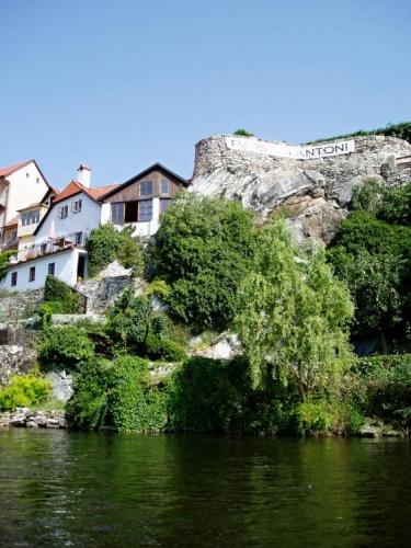 I zde je Vltava zakoslá do hlubokého údolí, okolní skály jsou využity pro zajímavé stavby.