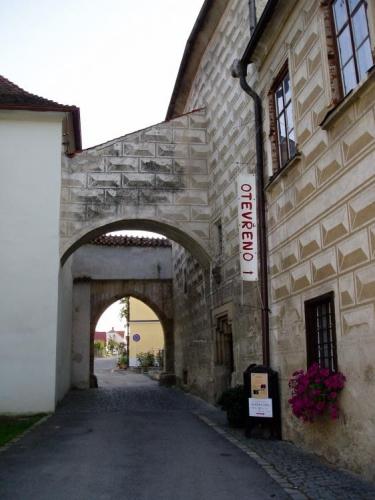 Dovnitř už se dnes nepodíváme, je šest večer a musí nám stačit malá procházka kolem kláštera.