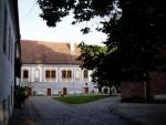 Branou vcházíme do areálu kláštera, kde stojí 400.let stará lípa, chráněná státem.
