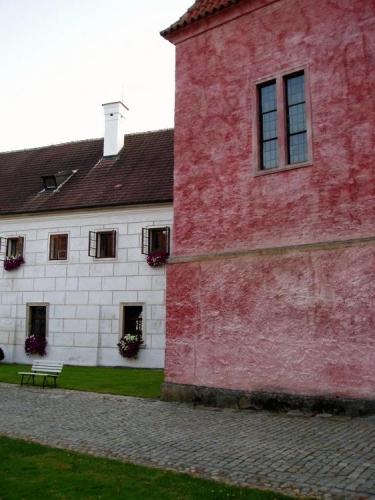Středověké kláštery byly zvláštním místem soustředění, rozjímání a modlitby. Klášter cisterciáků  ve Zlaté koruně si díky své poloze v hlubokém vltavském údolí udržel mnoho z původní atmosféry i po odchodu řádu. Je dnes pokládán za jeden z nejcennějších  komplexů gotické architektury ve střední Evropě. (Převzato z http://www.klaster-zlatakoruna.eu/ -Zlatá Koruna, Mystérium řádu)