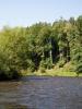 Vltava se stále kroutí a má spád, proplouváme krásnou krajinkou.