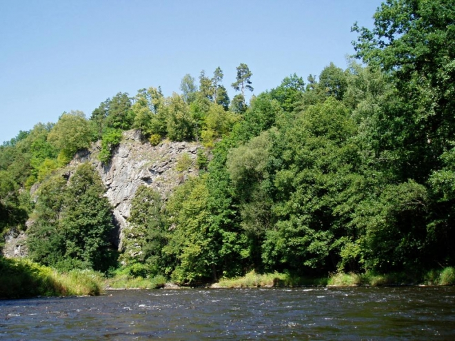 Kolem řeky vede romantickou krajinou i červená turistická značka, kterou jsem kdysi měl možnost si projít.