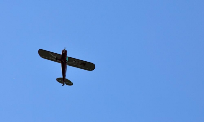 Nad hlavou přelétává letka asi sedmi historických letadel. Úplná invaze do Čech.