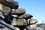Na Trojmezné hoře (1 361m) se zdá, že kameny někdo poskládal. Je to možné...